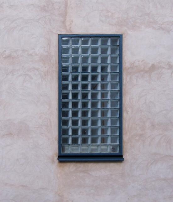 Rappauspintaa ikkuna-alueen ympärillä ennen kalkkimalausta.